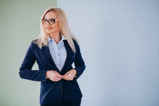 Dojrzały bizneswoman odizolowywający w z klasą stroju