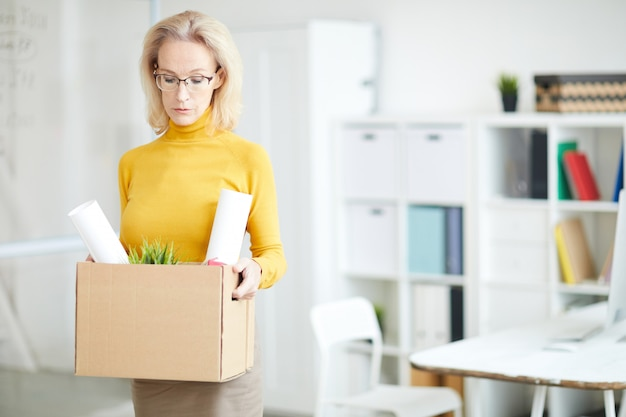 Dojrzały bizneswoman opuszcza pracę