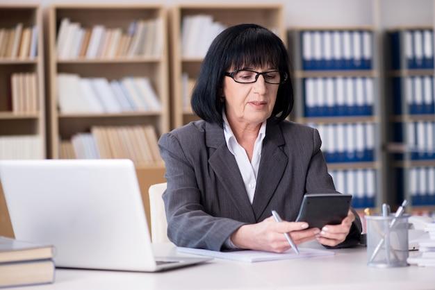 Dojrzały bizneswoman pracuje w biurze