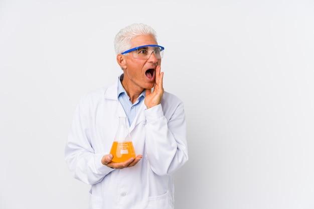 Dojrzały chemik odizolowany mówi tajemniczą wiadomość o hamowaniu na gorąco i patrzy na bok