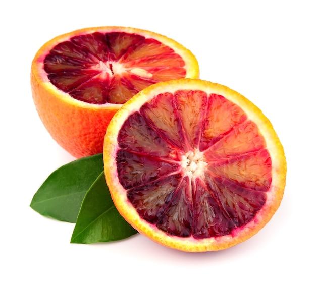 Dojrzały czerwony pomarańczowy na białym tle