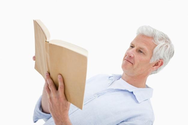 Dojrzały człowiek czytając książkę