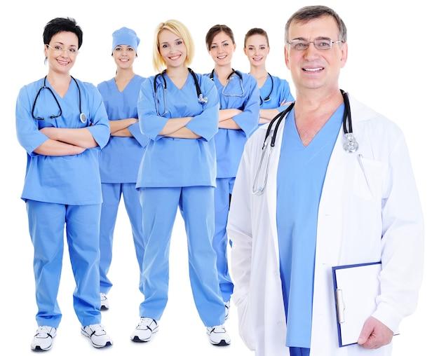 Dojrzały, doświadczony lekarz z kolegami