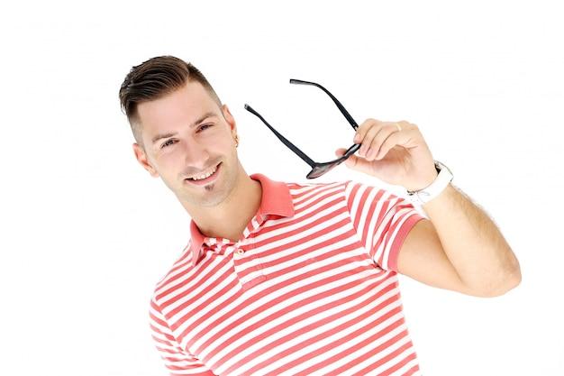 Dojrzały i stylowy mężczyzna w koszuli w paski pozowanie