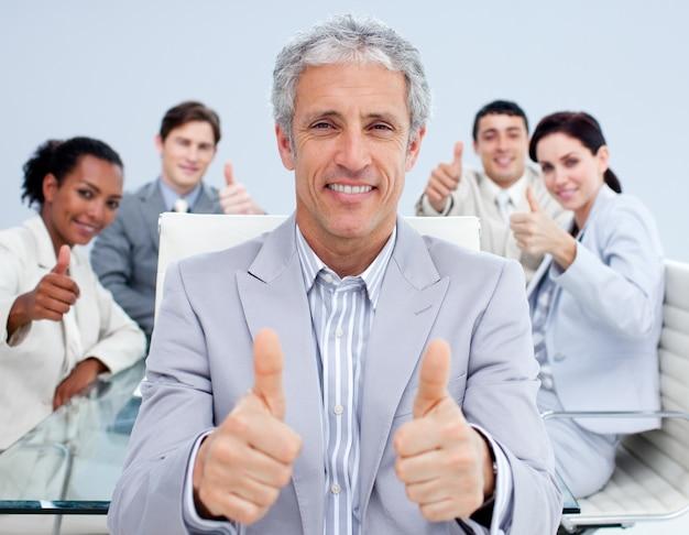Dojrzały kierownik świętuje sukces ze swoim zespołem