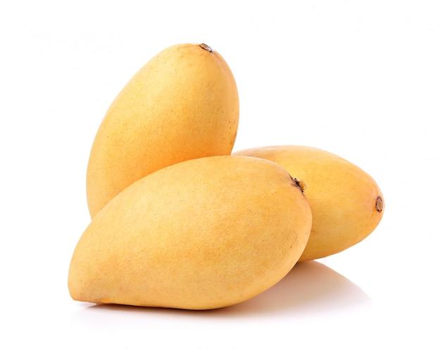 Dojrzały mango odizolowywający na biel przestrzeni