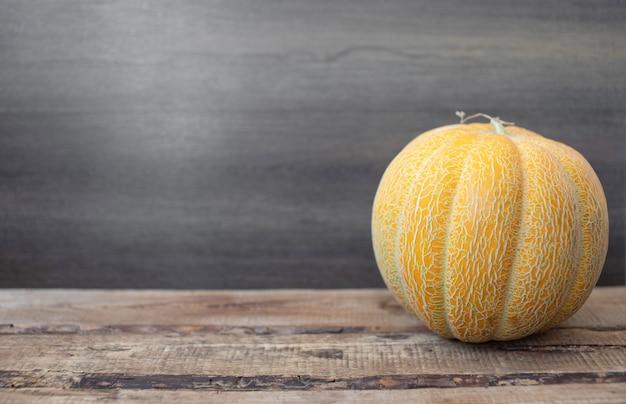 Dojrzały melon na drewnianym tle. melony i miejsce na kopię.