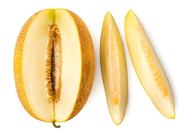Dojrzały melon pokrojony na kawałki na białym tle, odizolowane. widok z góry.