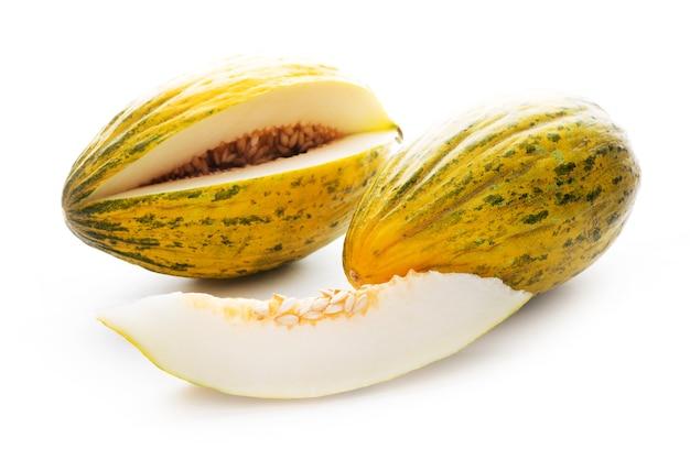Dojrzały melon soczysty na białym tle, zbliżenie