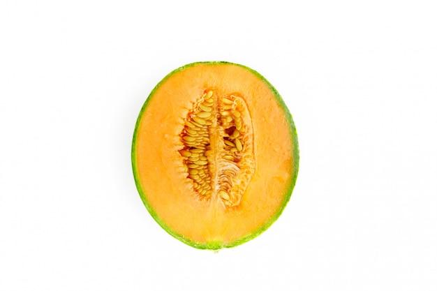 Dojrzały melon z pokrojonym plasterkiem z bliska
