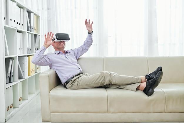 Dojrzały mężczyzna cieszy się przerwą w okularach vr