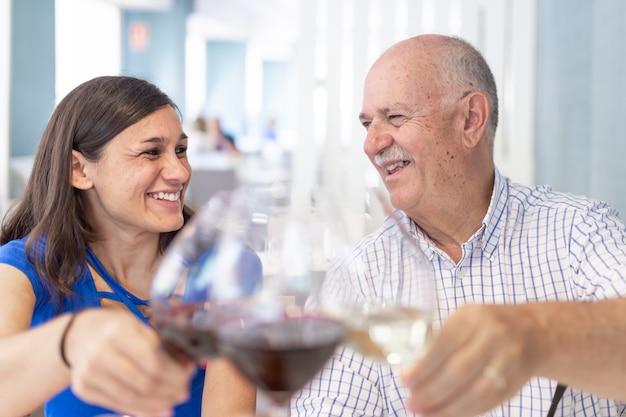 Dojrzały mężczyzna i młoda kobieta, ciesząc się i uśmiechając, spędzając czas razem