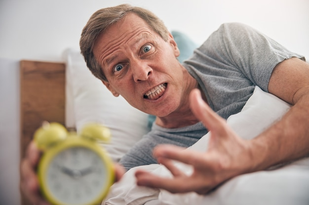 Dojrzały mężczyzna pokazujący swoje emocje podczas kwarantanny w domu