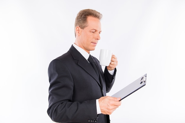 Dojrzały mężczyzna w białej koszuli