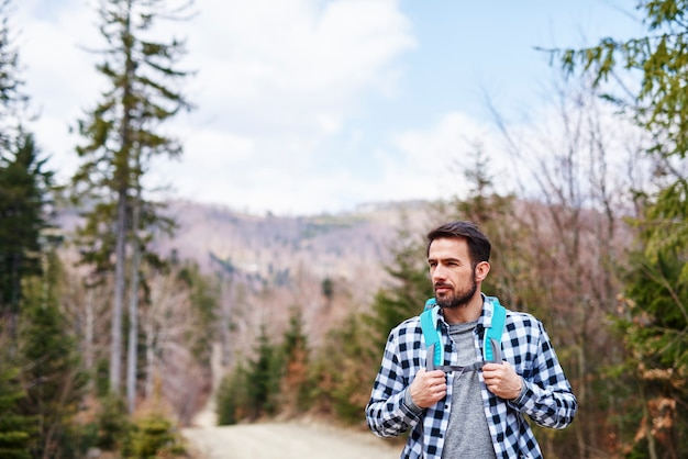 Dojrzały mężczyzna z plecakiem cieszący się widokiem