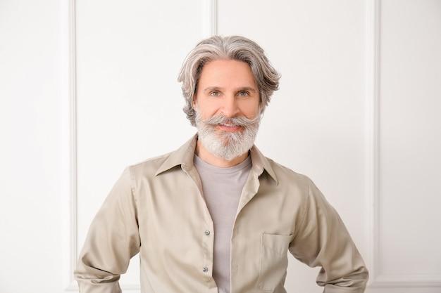 Dojrzały mężczyzna z siwymi włosami