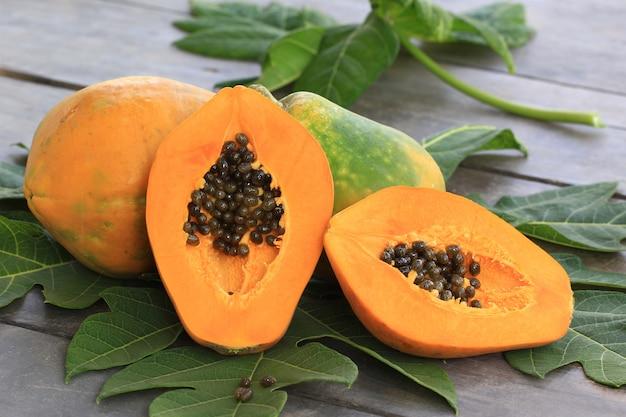 Dojrzały papaja z zielonym liściem