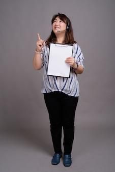 Dojrzały piękny azjatycki bizneswoman gospodarstwa pusty folder