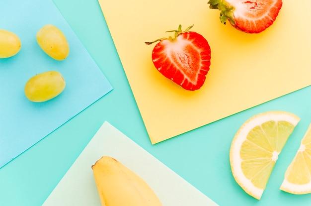 Dojrzały pokrojony wapno truskawkowy banan i winogrona