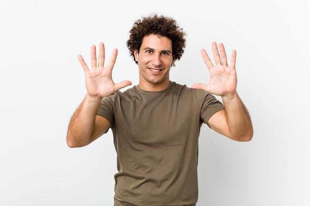 Dojrzały przystojny mężczyzna na białym tle wyświetlono numer dziesięć rękami.