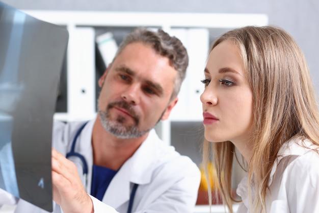 Dojrzały samiec lekarki chwyt w ręce i spojrzenie na xray