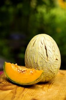 Dojrzały słodki pokrojony melon rodowy