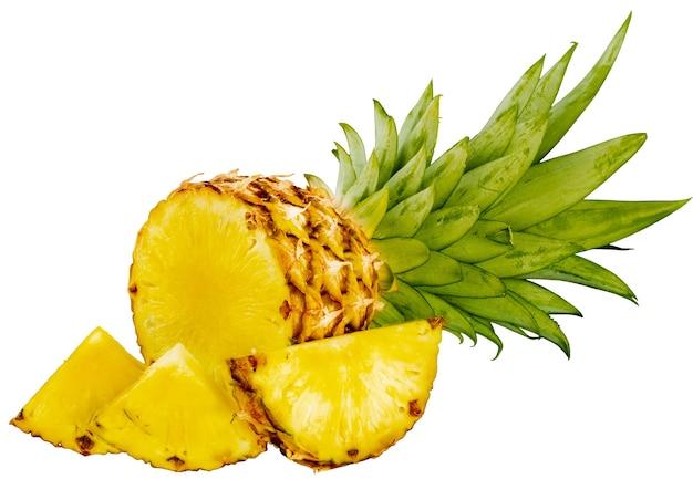 Dojrzały, smaczny ananas z bliska na białym tle