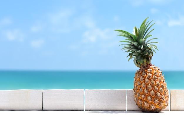 Dojrzały, soczysty ananas na białym stole