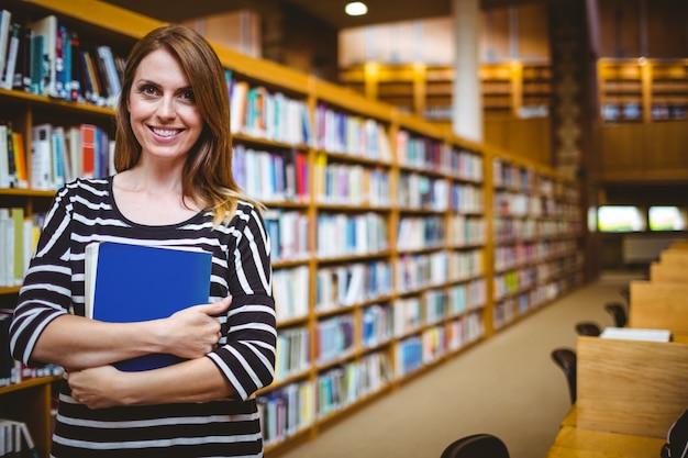 Dojrzały student w bibliotece