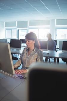 Dojrzały student za pomocą komputera