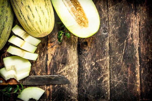 Dojrzały świeży melon na drewnianym stole
