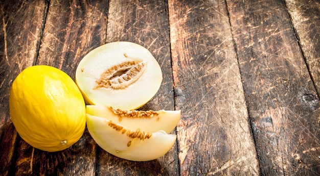Dojrzały, świeży melon. na drewnianym tle.