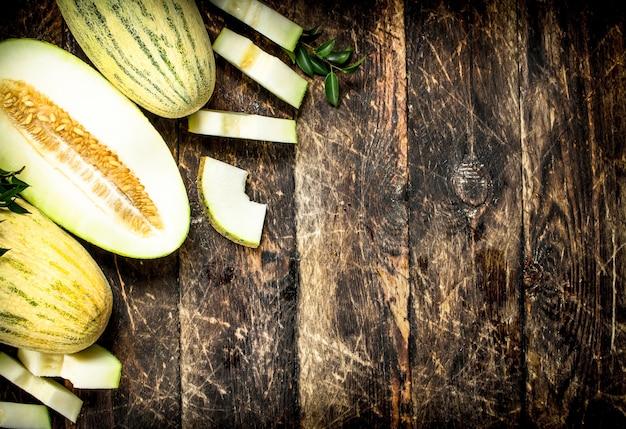 Dojrzały, świeży melon. na drewnianym tle