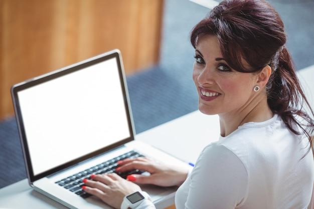 Dojrzały uczeń używa laptop