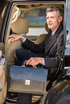 Dojrzały uśmiechnięty przystojny biznesmen w kostiumu.