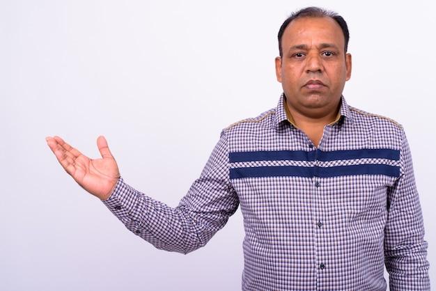 Dojrzały z nadwagą indyjski biznesmen z cofającą się linią włosów na białym tle