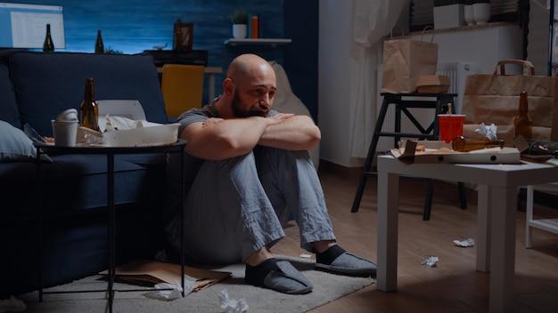Dojrzały, zestresowany mężczyzna po traumie przechodzi epizod choroby afektywnej dwubiegunowej, gdy depresja dotyka uczucia...