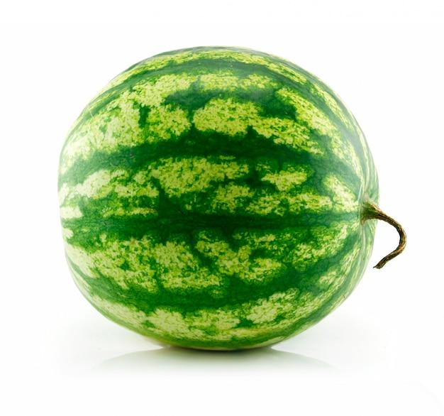 Dojrzały zielony arbuz odizolowywający na bielu
