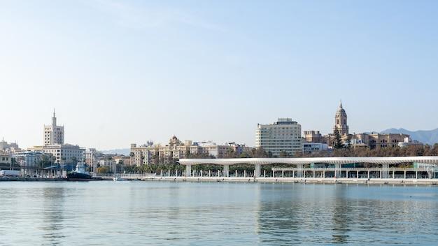 Dok portu malaga w słoneczny dzień. andaluzja, hiszpania