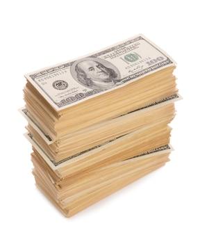 Dokładny duży stos banknotów dolarów zbliżenie na białym tle