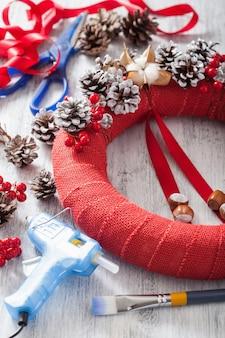 Dokonywanie czerwony świąteczny wieniec diy ręcznie robiony