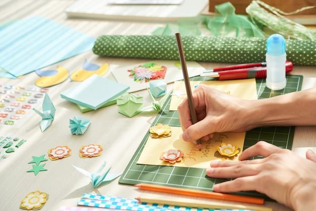 Dokonywanie ręcznie robionego prezentu dla mamy