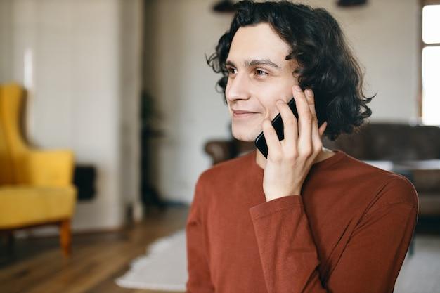 Dokonywanie rozmowy telefonicznej młody człowiek. technologia i komunikacja