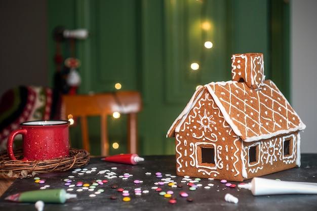 Dokonywanie świątecznego piernika. tradycyjne świąteczne pieczenie i ciasteczka.