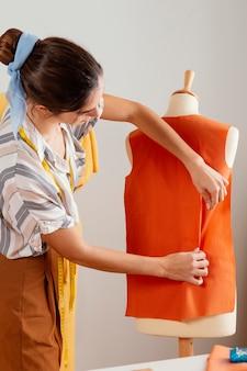 Dokonywanie ubrań kobieta z bliska