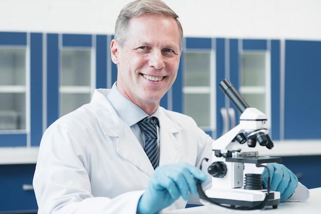 Doktor analizuje za pomocą mikroskopu