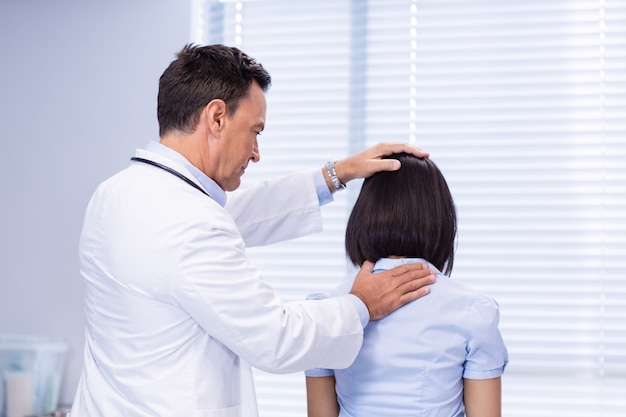 Doktor bada pacjentki szyi