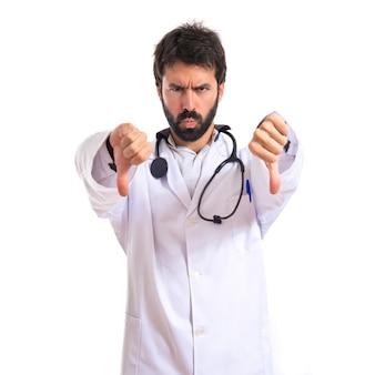 Doktor czyni zły sygnał na białym tle