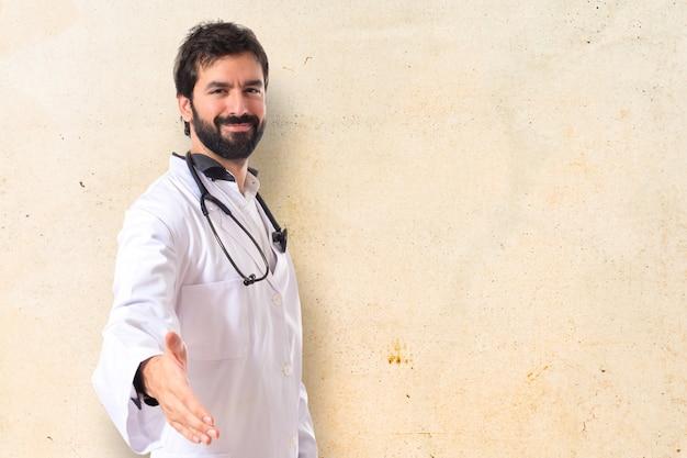 Doktor czyniąc ofertę na pojedyncze białe tło