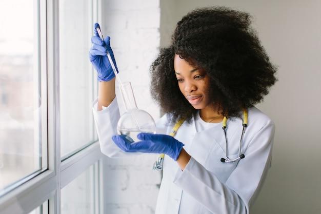 Doktor dziewczyna w białym płaszczu stetoskopem.